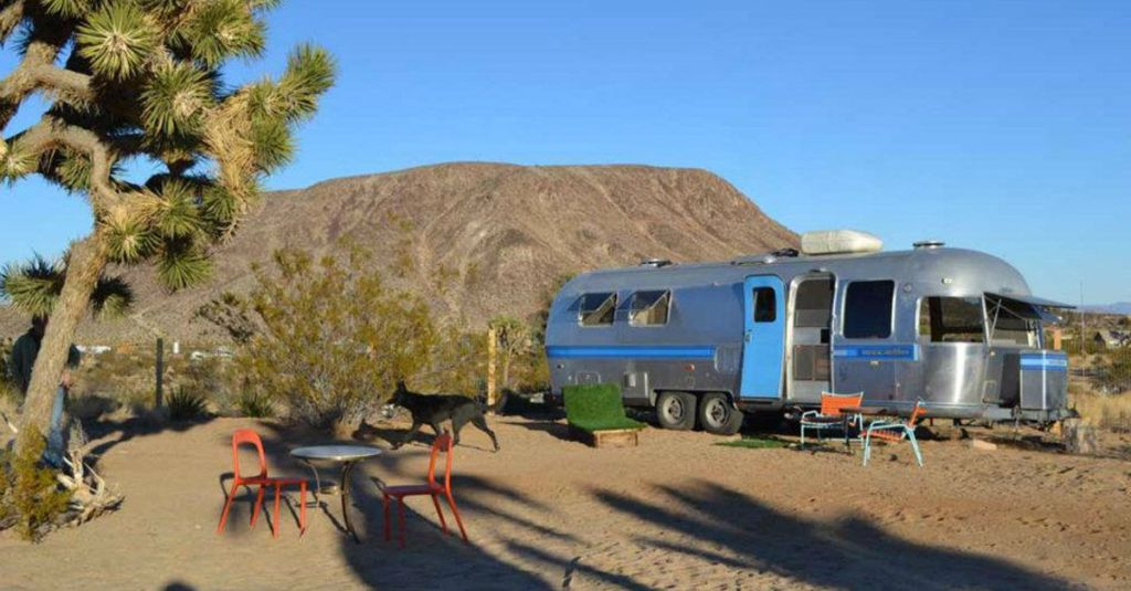 The B 52s Kate Pierson Has A Colorful Vintage Airstream Hotel In Desert