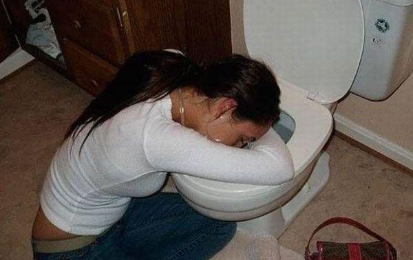 Guardate cosa fanno le ragazze ubriache nel bagno - Cosa fanno le donne in bagno ...